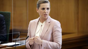 Statsminister Mette Frederiksen ved Folketingets afslutningsdebat, hvor hun præsenterede regeringens tiårige reformprogram. Et program, der burde have mere fokus på økonomisk ulighed, skriver Pelle Dragsted.