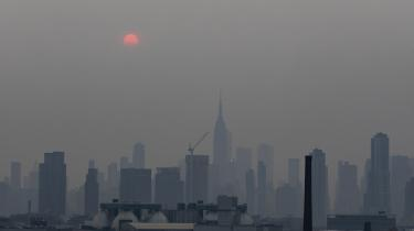 Røgdis fra skovbrande i det vestlige USA var pludselig drevet indover New York en dag i juli.