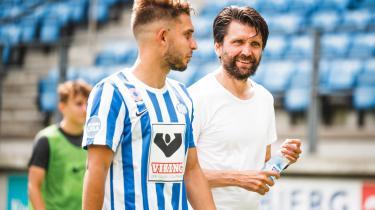 Tyske Peter Hyballa (t.h.) havde ikke været træner i EfB mere end nogle uger, før spillerne klagede over hans ledelsesstil.