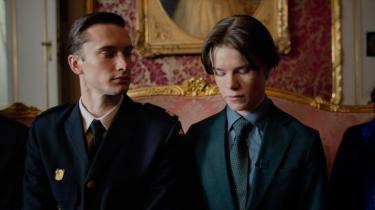 Man skal holde godt fast på hat og monokel for at følge med i Netflix' nye seriesatsning 'Young Royals'. Den svenske prins nikker en skalle og ryger på kostskole. Så forelsker han sig ovenikøbet i en dreng – der er brun og fra underklassen
