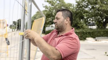 Viorel Oprea kom til Danmark fra Rumænien, fordi han kunne få arbejde på metrobyggeriet i København. Nu har han købt hus og slået sig ned permanent med sin kone og deres datter på fire år. Udenlandske arbejdere bliver ofte underbetalt for deres arbejde sammenlignet med danskere, siger eksperter.
