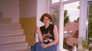 Anna Juuls alter ego Veronika Katinka Martzens digtroman startede som en ufokuseret parodi på den danske litteratur, men endte som et mere helstøbt værk. Undervejs blev digte med helt rendyrkede følelser og hårdkogt ironi skåret fra. Sidste afsnit i serien om kunstens efterladenskaber besøger poesien