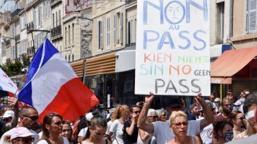 Tusindvis af franskmænd er gået på gaden for at vise deres utilfredshed med krav om coronapas på en række offentlige steder.
