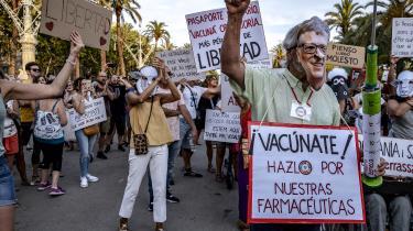 Skeptikere af coronavacciner demonstrerer i flere vestlige lande. Her i Barcelona i Spanien.