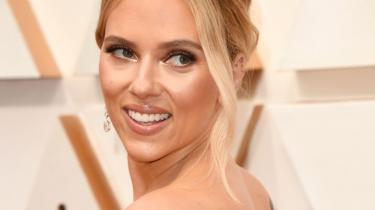 Scarlett Johansson føler sig snydt for et stort beløb, fordi hendes seneste film, Black Widow, kom på streaming og i biografen samtidig. Hendes løn, der var afhængig af billetsalg, blev dermed ikke så stor som forventet.