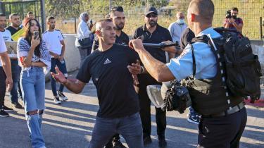 Den 21. juni kom israelsk politi ind kvarteret Sheikh Jarrah, efter at en bosætter havde pebersprayet fire skolepiger på gaden. Men da de ankom, arresterede de to palæstinensiske drenge i stedet.