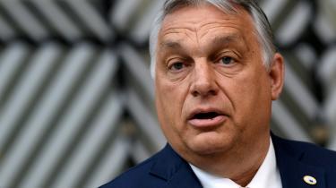 EU-Kommissionens beslutning om at udskyde udbetalingen af pengene til Viktor Orbán og Ungarn er indtil videre udskudt til slutseptember. Det skaber usikkerhed om, hvad der reelt vil ske med pengene, og det kan få den anspændte konflikt mellem Bruxelles og Budapest til at eskalere yderligere.