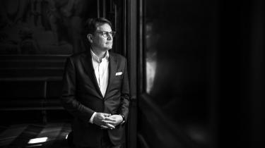 Vi har et problem, når Brian Mikkelsen uden videre kan stoppe som erhvervsminister for umiddelbart efter at blive direktør for Dansk Erhverv, og når Bjarne Corydon kan lande en direktørpost hos McKinsey, kort efter at han som finansminister har benyttet samme konsulenthus til at løse den ene lukrative opgave efter den anden, skriver Anton Geist.