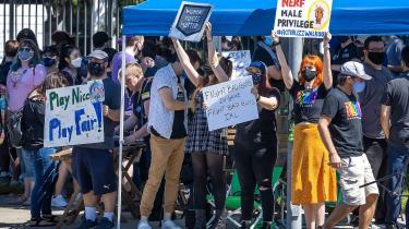 Ansatte i Activision Blizzard demonstrerede den 28. juli foran firmaets hovedkvarter i Irvine, Californien, mod ledelsens reaktion på en række anklager om chikane og diskrimination.