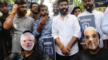 Studerende i Indien er gået på gaden i New Delhi for at protestere mod misbrug af avanceret overvågningsteknologi fra det såkaldte Pegasus-projekt. Man frygter, at teknologien i autoritære lederes hænder vil blive misbrugt til at undertrykke legitim opposition og forfølge regimernes kritikere.