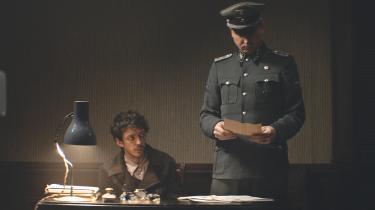 Den tilfangetagne jøde Gilles får en mere priviligeret status i den nazistiske arbejdslejr, da det ved en kombination af held og snuhed lykkes ham at bilde SS-officeren Klaus Koch ind, at han kan lære ham farsi. Klaus Koch drømmer nemlig om at åbne en tysk restaurant i Teheran, når krigen er forbi.
