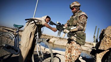 »Væbnede konflikter koster altid,« siger Jesper Helsø, der var forsvarschef de første år af Danmarks indsats i Afghanistan. Han fastholder, at det var rigtigt at gå i krig, men kritiserer, at den humanitære indsats kom for sent i gang