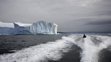 Drivkraften i AMOC-systemet, som Golfstrømmen er en del af, er tæt, salt havvand, der synker ned i Det Arktiske Hav. Men nu bremser afsmeltning af ferskvand fra Grønlands iskappe den proces tidligere, end klimamodellerne hidtil har tydet på.