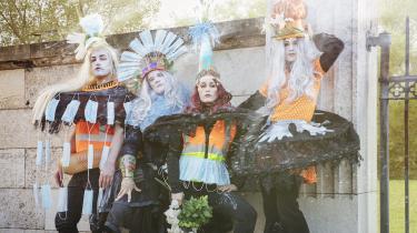 Mundbind og engangshandsker præger galskabsæstetikken i Julie Forchhammers skønne kostumer i den vellykkede udendørsforestilling 'Absolute Shakes' i H.C. Ørstedsparken.