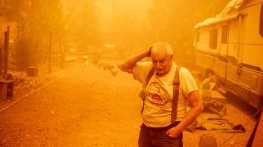 Den tætte røg indhylder Jon Capplemans hjem i Twain, Californien, den 24. juli. Han forsøger at blive og beskytte sit hjem mod den enorme brand, som nærmer sig.