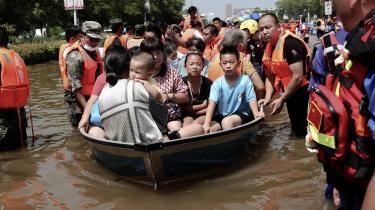Forud for COP26 i Glasgow har Kina ikke indsendt skærpede klimaplaner. Mange frygter, at Vestens dårlige forhold til Xi Jinping vil obstruere en mulig politisk aftale med Kina, der står for knap 30 procent af klodens CO2-udslip. Omvendt har ekstremt vejr også hærget i Kina denne sommer. Her er vi i Weihui, hvor redningsarbejdere hjælper lokale borgere væk fra masive oversvømmelser.
