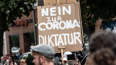 Tyskere på gaden for at demonstrere mod 'coronadiktaturet'. I Tyskland er der gået valgkamp i spørgsmålet om 'vaccinetvang ad bagdøren', når tyskerne selv skal til at betale for deres coronatest.