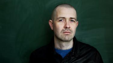 Dalgaard har tidligere udgivet digtsamlingerne Vi er ikke konger (2013) og Spejlkamel (2015).