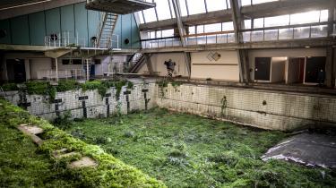 Planterne har taget over og gror vildt i den gamle svømmehal i den tidligere militærlejr Auderød Lejren.