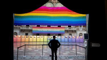 I anledningen af WorldPride og EuroGames er der blevet sat et stort regnbueflag op i Rådhushallen på Københavns Rådhus. Flaget er lavet af Gilbert Baker i 1994 i forbindelse med markeringen af 25-året for Stonewall-demonstrationerne i New York i 1969, som opstod som følge af en razzia imod Stonewall-baren, hvor LGBTI+-personer holdt til.