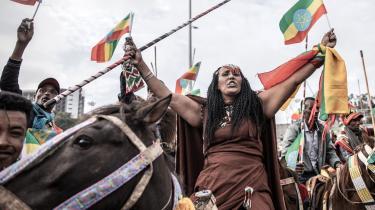 Etiopiere protesterer mod Tigray-folkets Befrielsesfront (TPLF), der kontrollerer den nordlige region. Krigen i Tigray-regionen i Etiopien spidser i disse uger til, og den lange konflikt har allerede nu haft store konsekvenser for civilbefolkningen.