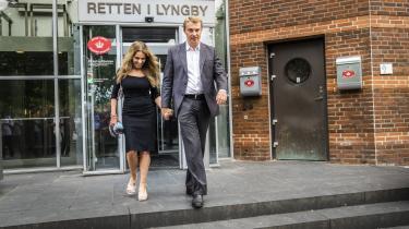 Dot Wessman og Morten Messerschmidt forlader retten i Lyngby fredag, efter at Messerschmidt er blevet kendt skyldig i dokumentfalsk og EU-svig. DF's næstformand er blevet dømt for så alvorlige forhold, at ingen personer i og omkring partiet længere vil kunne negligere skandalesagen.