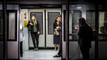 Det er ikke alle, der har været lige gode til at overholde reglerne om at bære mundbind ved ind- og udstigning i offentlig transport. Men lørdag er det slut med at blive forarget over andres letsindige omgang med mundbind. Nu er de nemlig ikke længere et krav.