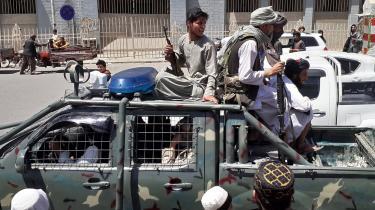 Taleban-folk har erobret et køretøj fra den afghanske regeringshær. For at undgå at for meget materiel bliver overtaget af Taleban, er USA begyndt at bombe efterladt artilleri og køretøjer.