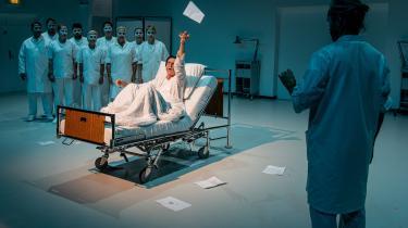 Sceneriet med hospitalssenge og mennesker i hvide kitler er rammefortællingen for dramatiker Jesper Brædstrup Karlsens fortælling om Sven Dalsgaard. Herfra springer fortællingen frem og tilbage i tid og besøger specifikke tidspunkter i Dalsgaards liv.
