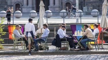 Restaurant Ved Stranden 10 er pyntet med regnbueflag i forbindelse med Copenhagen 2021.