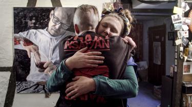 Dokumentarfilmen »Kunstneren og Tyven« skildrer udviklingen i forholdet mellem en kunstmaler og en tyv.