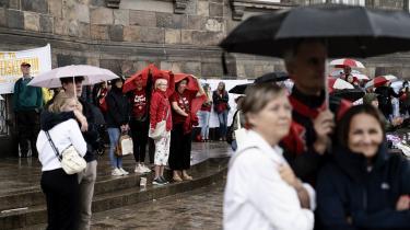 Sygerplejersker demonstrerer på Christiansborg Slotsplads lørdag den 14. august 2021 med buskabet: »Vi strejker for en fremtid uden forskel. Derfor kræver vi politisk handling fra arbejdsgivere, regering og folketing på sygeplejerskernes historiske lønefterslæb«.