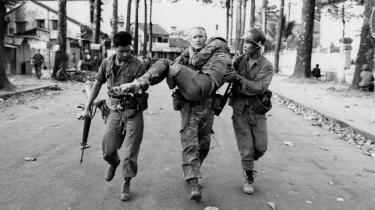 Arkivfoto fra den 6. februar 1968. Løjtnant Gary D. Jackson bærer en skadet sydvietnamesisk kriger hen til ambulance efter en kort men intens kamp mod Viet Cong under Vietnamkrigen.