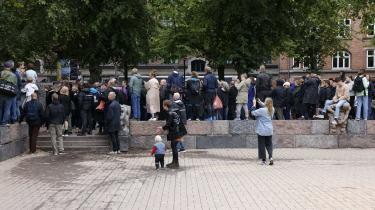 Omkring 500 lokale mødte onsdag op til demonstrationen i kølvandet på overfaldet på den 58-årige.