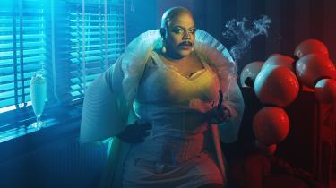 Vinegar Strokes i rollen som en sort skægget drag queen.