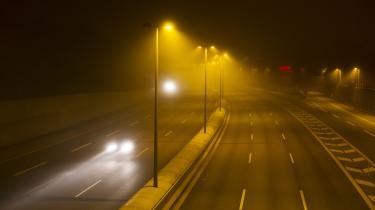 Det er tvingende nødvendigt at gribe ind over for transportens CO2-udledninger, og en massiv reduktion af transportens omfang er derfor nødvendig, skriver dagens kronikører.