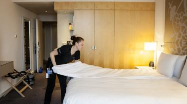 I den lavtlønnede hotel- og restaurationsbranche bør politikerne holde fingrene væk og lade markedskræfterne arbejde for mere inklusion, højere lønninger og bedre arbejdsforhold, mener Pelle Dragsted.