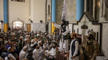 Lederen af et Taleban-netværk taler efter en fredagsbøn i en moské i Kabul fredag den 20. August 2021.
