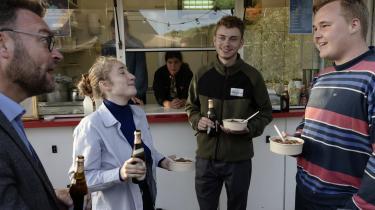 Lærke Høegh Sørensen, Jacob Dybdahl Cederholm, Morten Thinggaard og Tore Müller(A), fortsætter debatten efter en paneldebat over en øl og en portion gullasch.