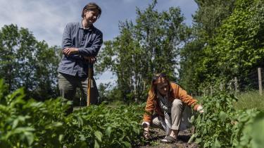 Permakulturlandbrug er landbrugssystemer, hvor kulstoflagring, der modvirker klimaforandringerne, maksimeres. Derfor har de en oplagt plads i den grønne omstilling, men alligevel stilles de mindre favorabelt i forhold til almindelige landbrugsstøtteordninger.