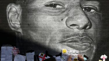 Marcus Rashfords portræt på en mur i hjembyen blev udsat for racistisk hærværk efter hans mislykkede straffespark – men omgående lappet med antiracistisk hyldest af lokale fans.