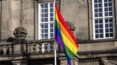Når regnbueflaget på trods af vredladenheden går til tops foran Christiansborg, bevidner farverne en anden og mere rummelig fællesskabsfølelse end dannebrog.