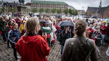 Medlemmer af Dansk Sygeplejeråd samledes torsdag foran Christiansborg i protest mod det regeringsindgreb, som betyder, at ti ugers strejke, udskudte ferier, ekstra travlhed oven på et coronakaotisk år og en drænet strejkekasse ikke ser ud til at have givet sygeplejerskerne en eneste ekstra lønkrone.