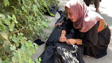 En kvinde sørger over tabet af en af sine kære efter bombeangrebet i Kabuls lufthavn 27. august.