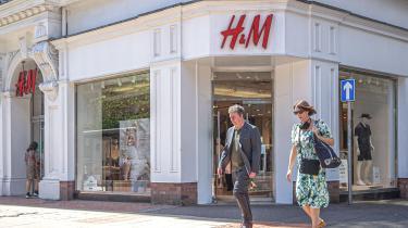 Modeindustrien og især 'fast fashion' – altså tøjproduktion med fokus på hyppige nye designs og lave produktionsomkostninger – som H&M og Zara står for ti procent af verdens årlige CO2-udledning.