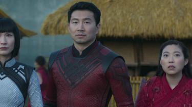 Shaun (Simu Liu) må kæmpe det bedste, han har lært, sammen med sin søster, Xialing (tv.,Meng'er Zhang) og bedste ven, Katy (Awkwafina) i 'Shang-Chi and the Legend of the Ten Rings'.