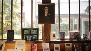 Marcel Proust var en fransk forfatter. Hans hovedværk er 'På sporet af den tabte tid' består af syv dele på 3.200 sider.