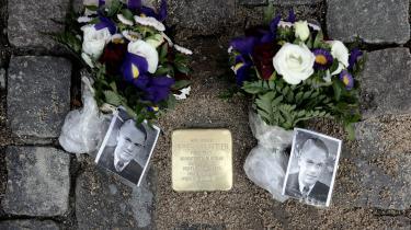 Den unge mand Birger Mouritsen, som under Anden Verdenskrig var livvagt for Børge Outze, mindes nu med adskilt snublesten på Østerbro, hvor han boede.