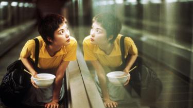 »Chungking Express er en film, der nok har været sjovere at lave, end den er at se, hvis man er udstyret med et lidt mindre sværmerisk temperament end dens karakterer,« skriver Lone Nikolajsen.