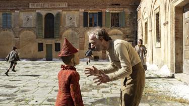 Geppetto (Robert Benigni) forsøger at få sin nysnittede søn, Pinocchio (Federico Ielapi), til at forstå nytten af at gå i skole og lære noget i Matteo Garrones 'Pinocchio'.